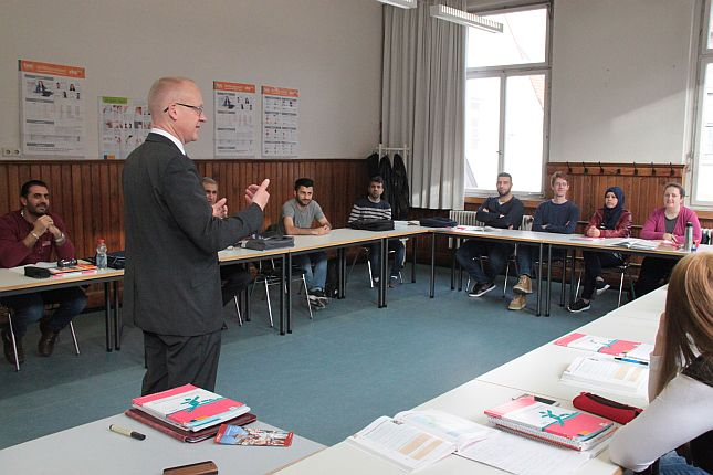 Integrationskurse an der VHS: OB Broß im Gespräch mit Teilnehmern