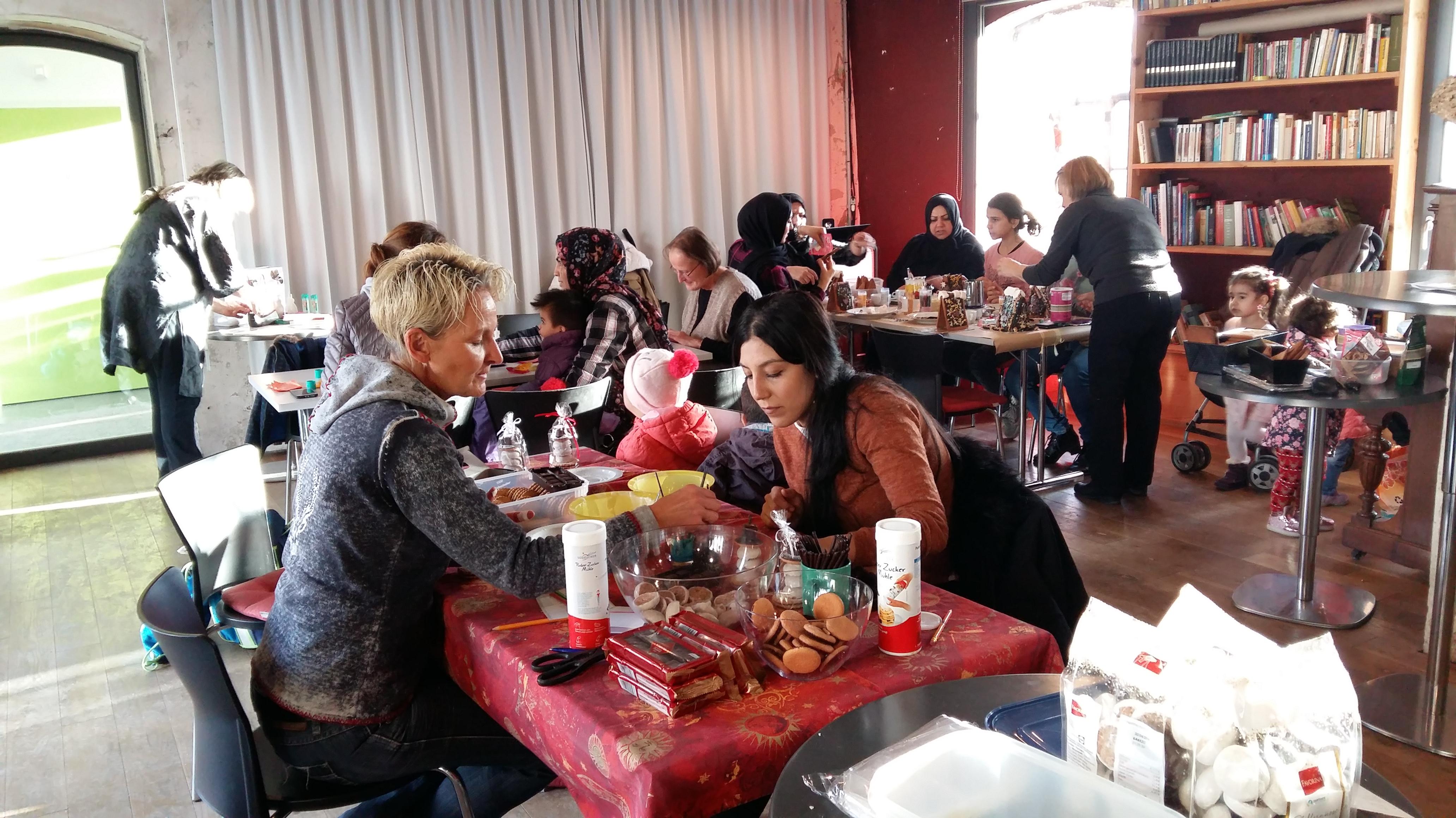 Flüchtlingen Weihnachtstraditionen beim gemeinsamen Basteln vermittelt