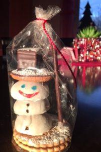 Ob Lebkuchenhäuschen oder Tannenzapfen-Wichtel, für jeden ist beim gemeinsamen Weihnachtsbasteln etwas dabei. Unter anderem kann auch ein Schneemann aus Lebensmittel gestaltet werden.